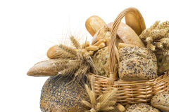 Cesta com uma variedade do pão isolada no branco Fotografia de Stock Royalty Free