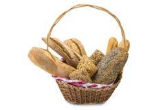 Cesta com uma variedade do pão isolada no branco Imagem de Stock Royalty Free