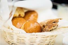 Cesta com vários tipos do pão fotografia de stock