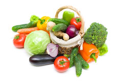Cesta com vegetais em um fundo branco Fotos de Stock