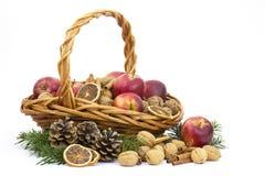 Cesta completamente das maçãs, porcas, canela fotografia de stock