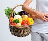 Cesta completamente de vegetais crus saudáveis do mercado Fotografia de Stock Royalty Free