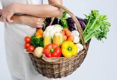 Cesta completamente de vegetais crus saudáveis do mercado Foto de Stock Royalty Free