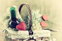 Cesta con día del ` s de la tarjeta del día de San Valentín del vino imágenes de archivo libres de regalías