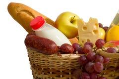 Cesta con el alimento Imagen de archivo libre de regalías