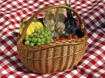 Cesta con el alimento para la comida campestre Fotografía de archivo libre de regalías