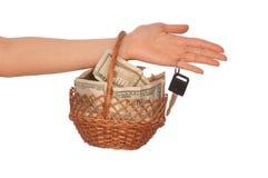 Cesta con el dinero Fotos de archivo libres de regalías