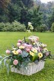 Cesta con el gerbera y las flores color de rosa fotografía de archivo libre de regalías