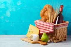 Cesta con la botella, el pan y el queso de vino en la tabla de madera Día de fiesta judío Shavuot Fotos de archivo libres de regalías