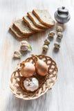 Cesta con la cebolla y el ajo en un tablero Fotografía de archivo libre de regalías