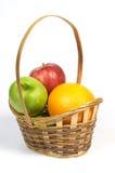 Cesta con la fruta. Fotografía de archivo libre de regalías