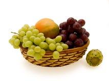 Cesta con la fruta. Foto de archivo
