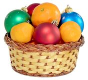 Cesta con las bolas de la Navidad Fotos de archivo libres de regalías