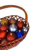 Cesta con las bolas de la Navidad Imágenes de archivo libres de regalías
