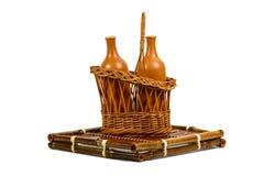Cesta con las botellas de vino de cerámica Imagen de archivo libre de regalías