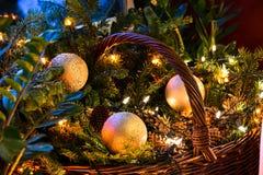 Cesta con las decoraciones de la Navidad, Año Nuevo Foto de archivo