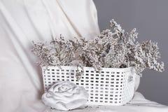 cesta con las flores al lado de una rosa Imágenes de archivo libres de regalías