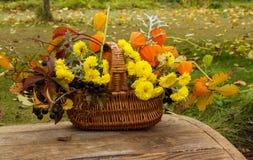 Cesta con las flores amarillas Foto de archivo libre de regalías