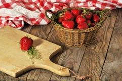 Cesta con las fresas frescas Imagen de archivo libre de regalías