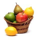 Cesta con las frutas Imagenes de archivo