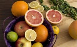Cesta con las frutas coloridas Imagenes de archivo