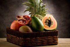Cesta con las frutas tropicales Fotos de archivo
