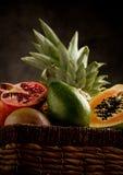 Cesta con las frutas tropicales Fotos de archivo libres de regalías