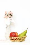 Cesta con las frutas y el florero con la flor Fotografía de archivo libre de regalías