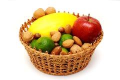Cesta con las frutas y las tuercas Foto de archivo libre de regalías