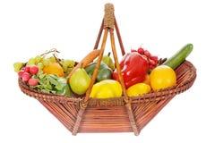 Cesta con las frutas y verdura Imagen de archivo libre de regalías