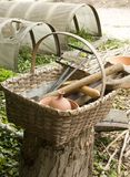 Cesta con las herramientas coloniales Foto de archivo libre de regalías