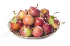Cesta con las manzanas aisladas en un fondo blanco Foto de archivo