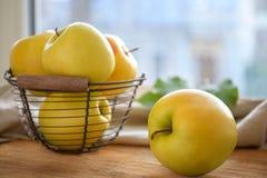 Cesta con las manzanas amarillas maduras Fotos de archivo