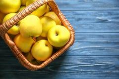 Cesta con las manzanas amarillas maduras Imagenes de archivo