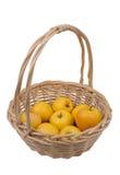 Cesta con las manzanas 'golden delicious' Fotos de archivo libres de regalías