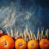 Cesta con las manzanas y las peras frescas en una tabla de madera Fondo del otoño Foto de archivo