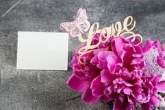 Cesta con las peonías rosadas en fondo gris Fotos de archivo libres de regalías