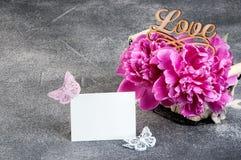 Cesta con las peonías rosadas en fondo gris Imágenes de archivo libres de regalías