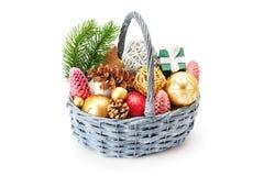 Cesta con las ramas de un árbol de navidad con los juguetes brillantes y soldado enrollado en el ejército Imagen de archivo