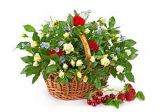 Cesta con las rosas blancas y rojas frescas Foto de archivo