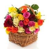 Cesta con las rosas coloridas Fotos de archivo libres de regalías