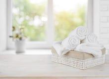 Cesta con las toallas en travesaño de la ventana sobre fondo del día de verano Imagen de archivo