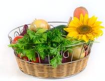 Cesta con las verduras Fotos de archivo