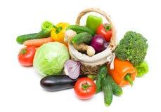 Cesta con las verduras en un fondo blanco Fotos de archivo