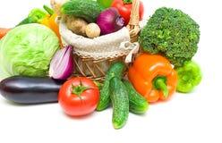 Cesta con las verduras en un primer blanco del fondo Imagen de archivo