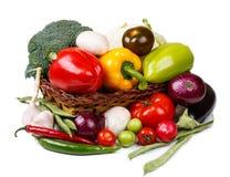 Cesta con las verduras frescas en un fondo blanco Foto de archivo libre de regalías