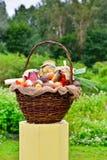 Cesta con las verduras y los pedazos en tarros: pepinos, tomates, Fotografía de archivo