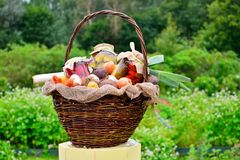 Cesta con las verduras y los pedazos en tarros: pepinos, tomates, Imágenes de archivo libres de regalías