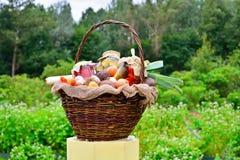 Cesta con las verduras y los pedazos en tarros: pepinos, tomates, Imagen de archivo
