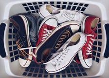 Cesta con las zapatillas de deporte Foto de archivo libre de regalías